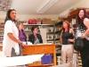 Claudia mit Besuchern im Atelier